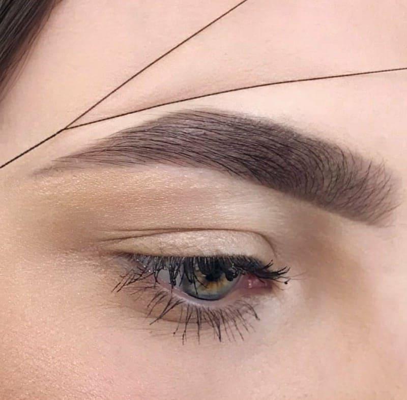 Суть тридинга лица заключается в удалении ниткой (при помощи специальной техники) нежелательных волос