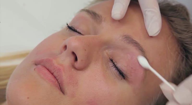 Нанесение увлажняющего средства после восковой депиляции около глаз