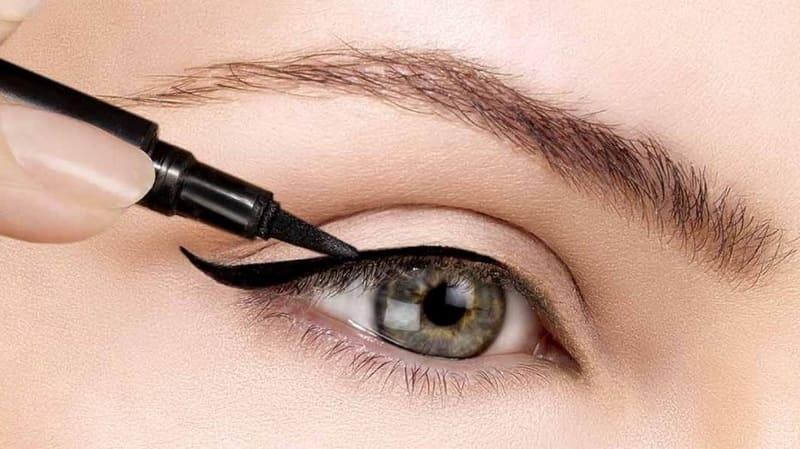 10 советов по правильному использованию жидкой подводки для глаз