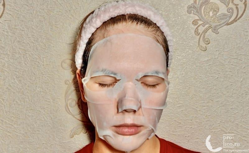 Тканевая маска для лица Consly Moisturizing «Passion Fruit» на лице