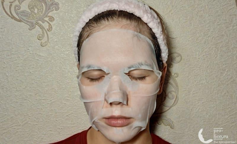 Тканевая маска для лица CONSLY Radiance «Papaya» на лице